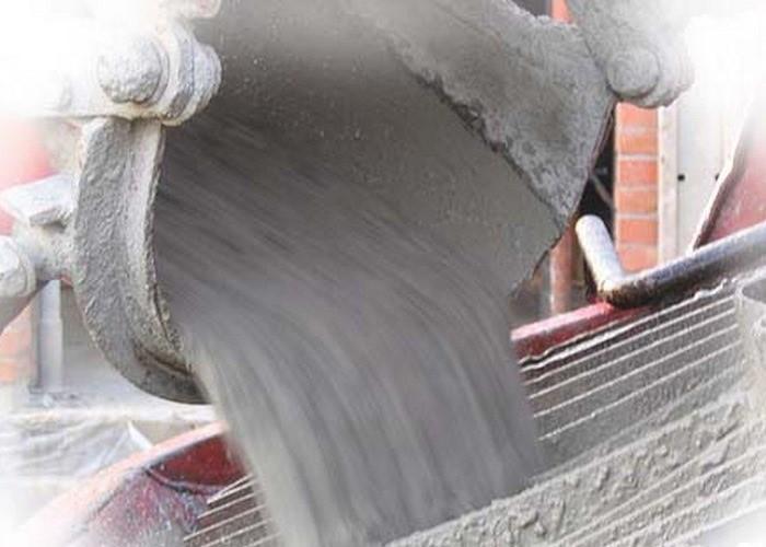 выливает бетон
