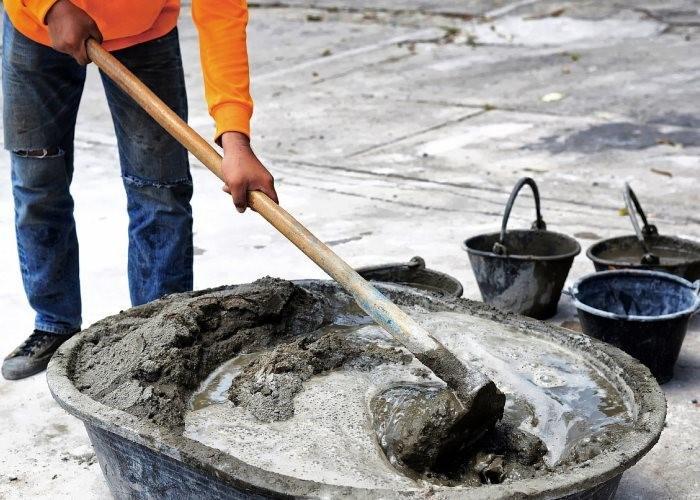 перемешивает густой бетон
