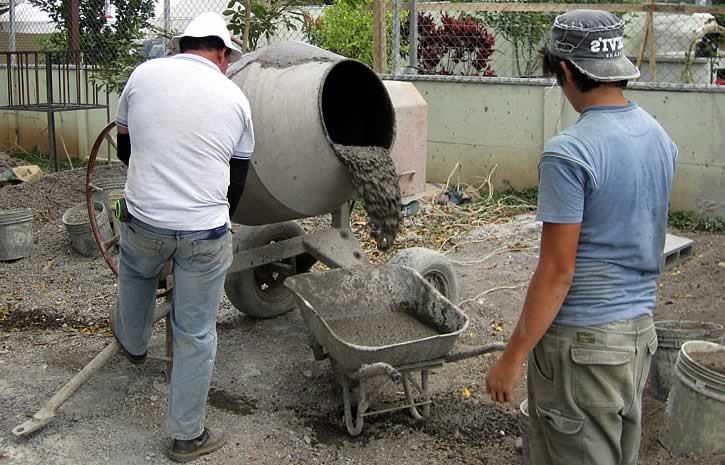 выливают бетон в тележку
