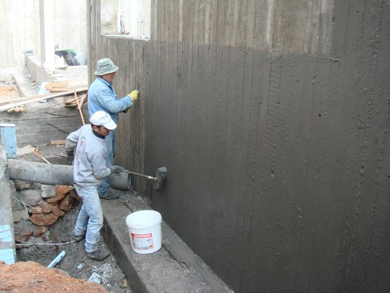 покрывают стену гидроизоляцией