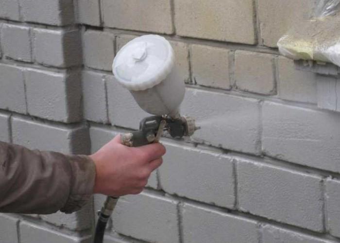 покраска кирпичной стены пульверизатором