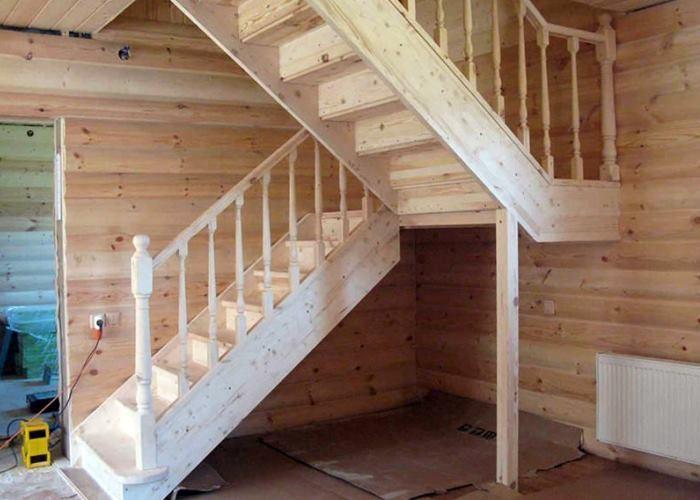 не крашенная деревянная лестница