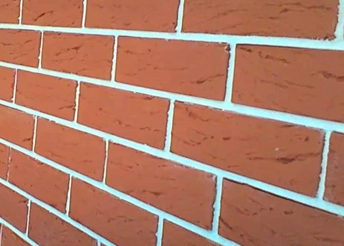 белая расшивка кирпичной стены