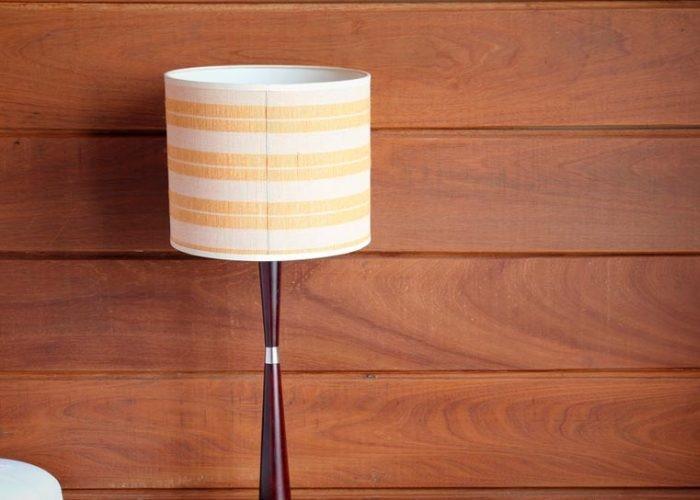 светильник и деревянные панели