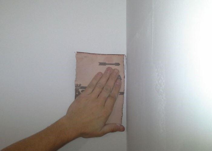 шкурить стены наждачной бумагой