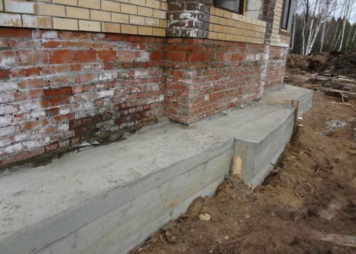 бетонный фундамент кирпичного дома