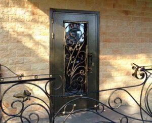 металлическая дверь с декоративными вставками