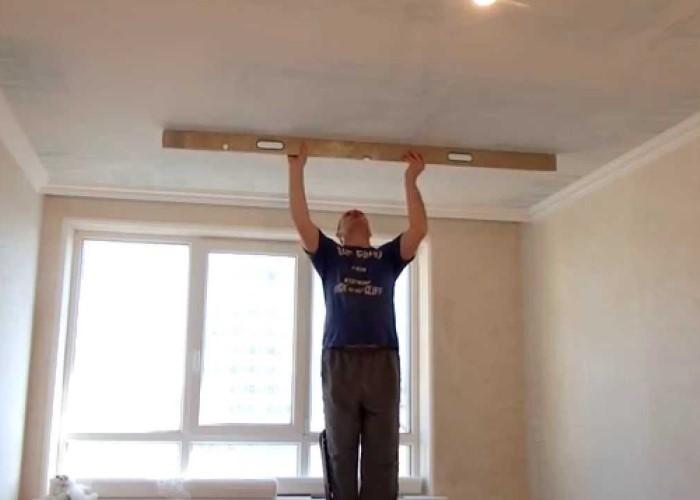выровнять потолок под обои