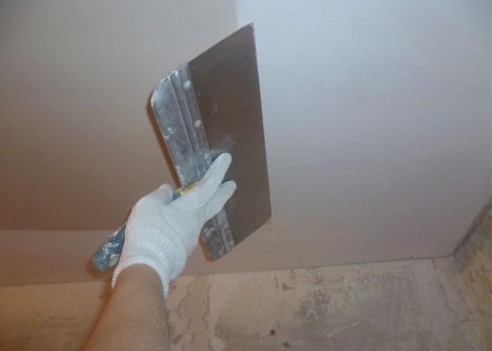 шпаклевать потолок шпателем