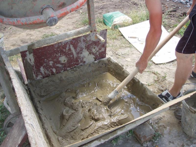 мешает цемент и песок