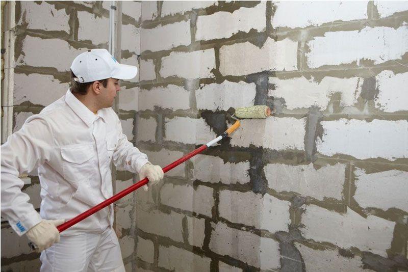 грунтовка на кирпичной стене