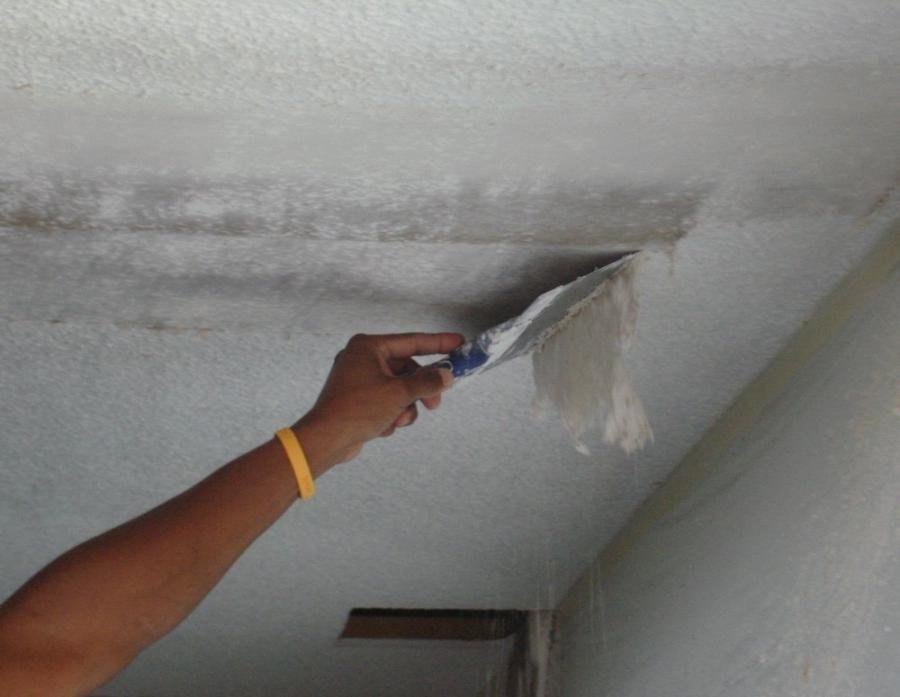 Удалить старую краску с потолка