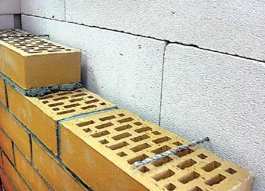 Закладка гибких связей в газобетонный блок