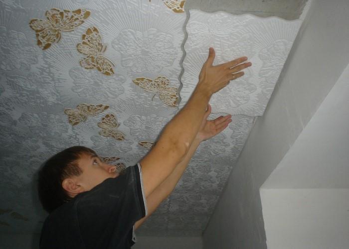 клеить плитку на потолок