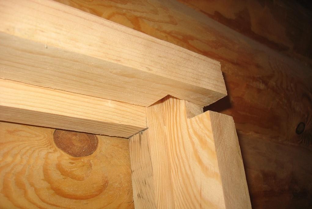 Деревянный каркас дверной коробки