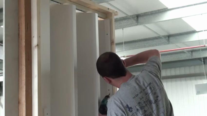 Монтаж дверей гармошка