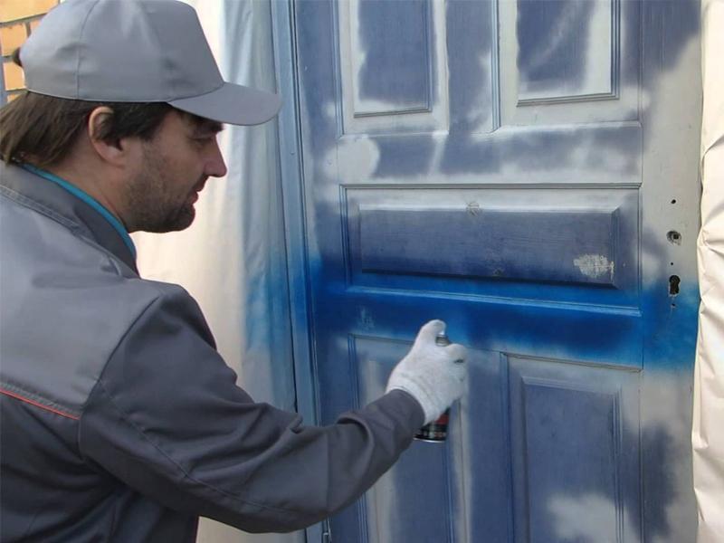 Нанесение краски на железную дверь
