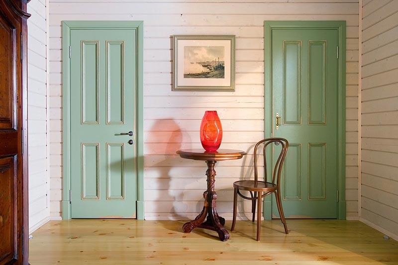 Окрашенные деревянные двери