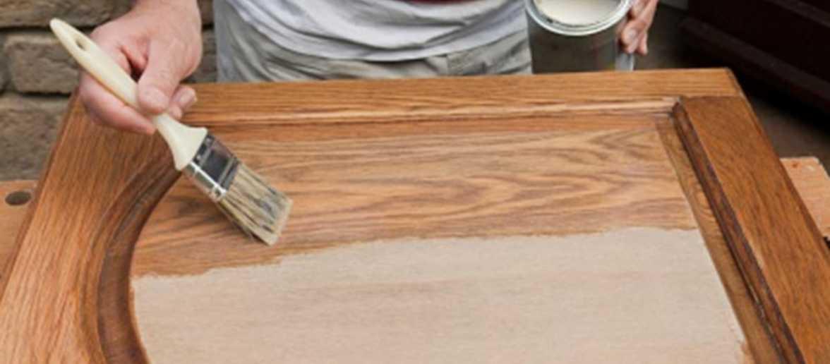 Покраска деревянной двери кисточкой