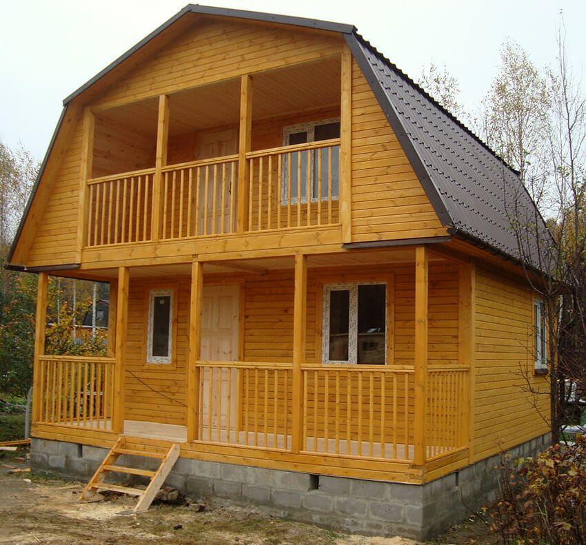 Деревянный дом с мансардной крышей