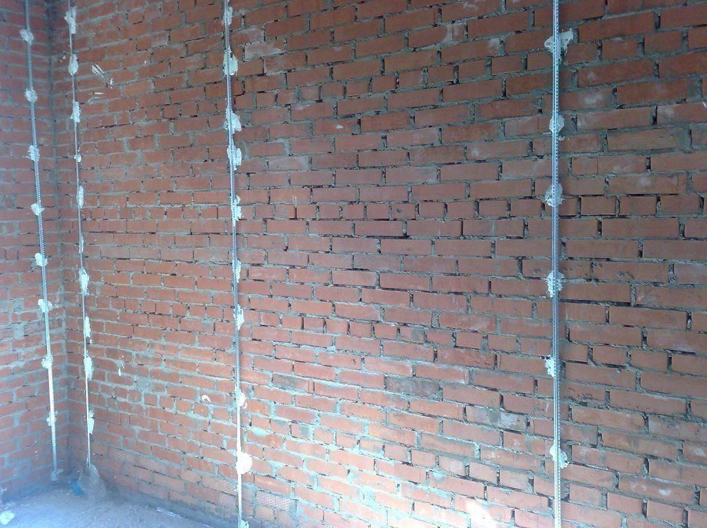 Железные маяки на стенке