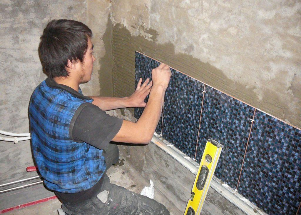 Монтаж плитки на стенку