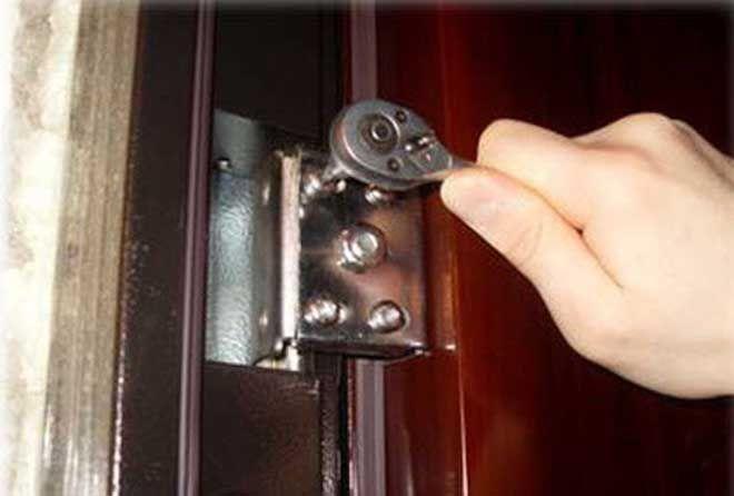 Регулировка металлических входных дверей