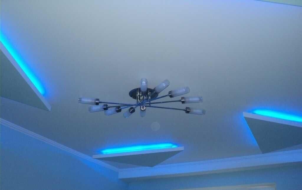 Неоновые трубки на потолке