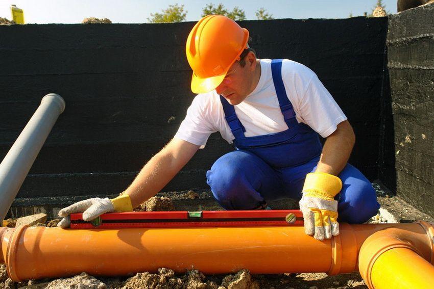 Выставление угла наклона канализационной трубы