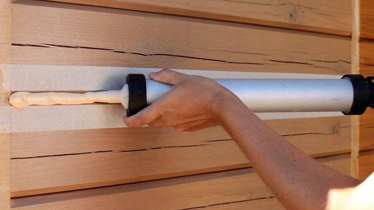 Нанесение герметика для швов деревянного дома