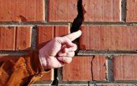 Как избавиться от трещины в кирпичной стене самостоятельно
