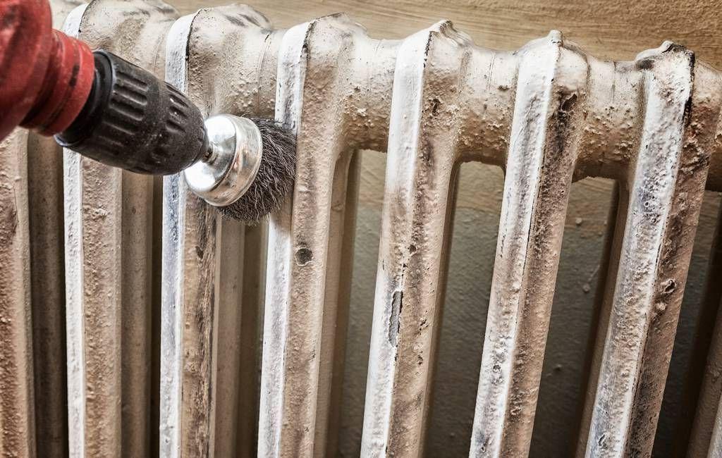 Механический способ чистки радиатора отопления от старой краски с помощью дрели и щетки